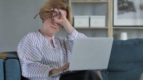 Πονοκέφαλος, ανήσυχη ηλικιωμένη ανώτερη γυναίκα που λειτουργεί στο πρόγραμμα απόθεμα βίντεο