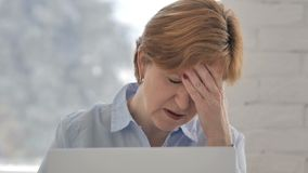 Πονοκέφαλος, ανήσυχη ηλικιωμένη γυναίκα που λειτουργεί στο lap-top απόθεμα βίντεο