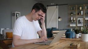 Πονοκέφαλος, ανήσυχο άτομο που λειτουργεί στο πρόγραμμα απόθεμα βίντεο