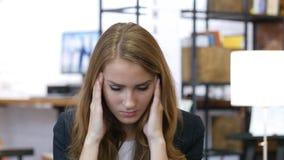 Πονοκέφαλος, απογοήτευση, ένταση, τονισμένο κορίτσι στην εργασία στην αρχή Στοκ Εικόνες