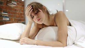 Πονοκέφαλος, απογοήτευση, γυναίκα με την πίεση που βρίσκεται στο κρεβάτι απόθεμα βίντεο