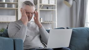 Πονοκέφαλος, γκρίζο άτομο τρίχας με τον πόνο στο κεφάλι απόθεμα βίντεο