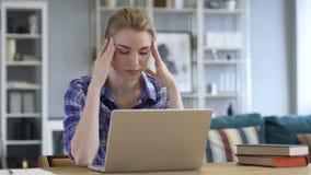 Πονοκέφαλος, γυναίκα στην εργασία έντασης στην αρχή, πόνος απόθεμα βίντεο