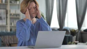 Πονοκέφαλος, ηλικιωμένη ανώτερη γυναίκα στην εργασία έντασης στην αρχή, πόνος φιλμ μικρού μήκους