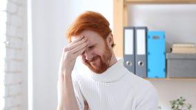 Πονοκέφαλος, ματαιωμένο άτομο με τις κόκκινες τρίχες στην ένταση Στοκ Εικόνες