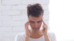 Πονοκέφαλος, ματαιωμένο άτομο στην ένταση Στοκ εικόνα με δικαίωμα ελεύθερης χρήσης