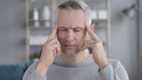Πονοκέφαλος, πορτρέτο του ανήσυχου μέσου ηλικίας γκρίζου ατόμου τρίχας απόθεμα βίντεο