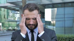 Πονοκέφαλος, τονισμένος επιχειρηματίας που αισθάνεται ανήσυχος απόθεμα βίντεο