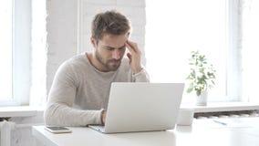 Πονοκέφαλος, τονισμένος επιχειρηματίας που λειτουργεί στο lap-top απόθεμα βίντεο