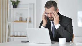 Πονοκέφαλος, τονισμένος επιχειρηματίας που λειτουργεί στο lap-top φιλμ μικρού μήκους