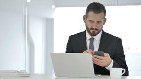 Πονοκέφαλος, τονισμένος μέσος ηλικίας επιχειρηματίας που λειτουργεί στο lap-top φιλμ μικρού μήκους