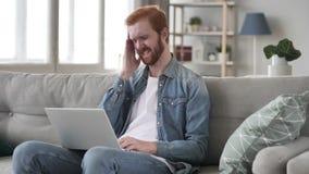Πονοκέφαλος, τονισμένο δημιουργικό άτομο γενειάδων που λειτουργεί στο lap-top απόθεμα βίντεο