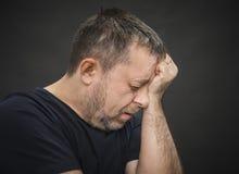 Πονοκέφαλος. Άτομο το πρόσωπο με που κλείνει στοκ φωτογραφία με δικαίωμα ελεύθερης χρήσης