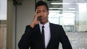 Πονοκέφαλος, ανήσυχος απελπισμένος μαύρος επιχειρηματίας στο κοστούμι φιλμ μικρού μήκους
