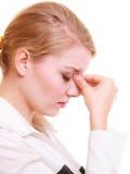 Πονοκέφαλος Γυναίκα που πάσχει τον επικεφαλής πόνο που απομονώνεται από στοκ φωτογραφία