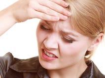 Πονοκέφαλος Γυναίκα που πάσχει τον επικεφαλής πόνο που απομονώνεται από στοκ εικόνα