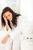 Πονοκέφαλος κρεβατιών γυναικών στοκ φωτογραφίες