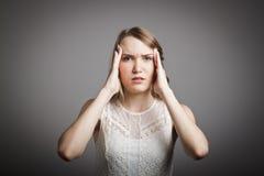 Πονοκέφαλος. Νέα γυναίκα στο λευκό. Στοκ φωτογραφίες με δικαίωμα ελεύθερης χρήσης