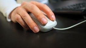 Ποντίκι 11 Μαλακή εστίαση στο χέρι του ατόμου που χτυπά το αριστερό κουμπί του ποντικιού Δεξής από την μπροστινή σωστή άποψη φιλμ μικρού μήκους