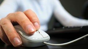 Ποντίκι 13 Μαλακή εστίαση στο χέρι του ατόμου που χτυπά το μέσο κουμπί του ποντικιού Δεξής από την μπροστινή σωστή μπροστινή άποψ απόθεμα βίντεο