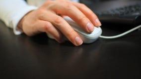 Ποντίκι 12 Μαλακή εστίαση στο χέρι του ατόμου που χτυπά το σωστό κουμπί του ποντικιού Δεξής από την μπροστινή σωστή άποψη απόθεμα βίντεο