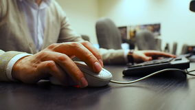 Ποντίκι 35 Μαλακή εστίαση στο χέρι των χτυπώντας κουμπιών του ποντικιού ατόμων Δεξής από την μπροστινή σωστή άποψη απόθεμα βίντεο