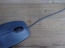 Ποντίκι με το καλώδιο στον παλαιό ξύλινο πίνακα Στοκ φωτογραφία με δικαίωμα ελεύθερης χρήσης