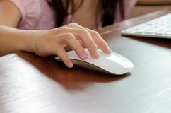 Ποντίκι παιδιών χεριών στοκ φωτογραφίες