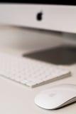 Ποντίκι της Apple με το θολωμένο πληκτρολόγιο στο υπόβαθρο Στοκ εικόνα με δικαίωμα ελεύθερης χρήσης