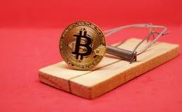 Ποντικοπαγήδα με το χρυσό bitcoin στο κόκκινο υπόβαθρο Στοκ φωτογραφίες με δικαίωμα ελεύθερης χρήσης