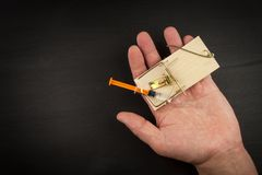 Ποντικοπαγήδα με το sirynge σύριγγα εστίασης φαρμάκων εθισμού Παγίδα φαρμάκων Στοκ Εικόνα