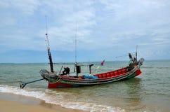 Ποντοπόρος βάρκα αλιευτικών σκαφών την εξωτερική μηχανή που σταθμεύουν με στην παραλία στο χωριό Ταϊλάνδη Pattani στοκ φωτογραφίες