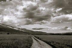 Πορεία βουνών που καταλήγει στο φως Στοκ φωτογραφία με δικαίωμα ελεύθερης χρήσης