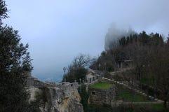 Πορεία γεφυρών στην είσοδο στο μεσαιωνικό κάστρο Guaita στον Άγιο Μαρίνο στοκ φωτογραφία