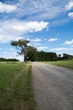 Πορεία με το νεφελώδη μπλε ουρανό Στοκ εικόνες με δικαίωμα ελεύθερης χρήσης