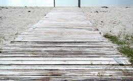 Πορεία παραλιών με τις σανίδες, μπλε νερό με το διάστημα κειμένων Στοκ φωτογραφίες με δικαίωμα ελεύθερης χρήσης