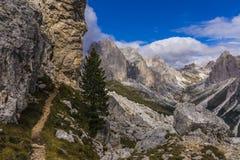 Πορεία πεζοπορίας στα βουνά στοκ εικόνες