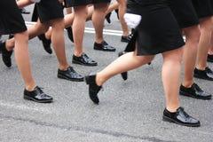 Πορεία ποδιών γυναικών Γυναίκες στη στρατιωτική παρέλαση στοκ εικόνες