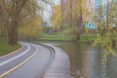 Πορεία ποδηλάτων για τους ποδηλάτες Πάροδος ποδηλάτων στο πάρκο Ζώνη υπολοίπου Υπόλοιπο στο νερό Στοκ Εικόνα
