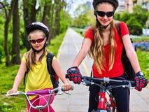 Πορεία ποδηλάτων με τα παιδιά Κορίτσια που φορούν το κράνος με το σακίδιο Στοκ φωτογραφία με δικαίωμα ελεύθερης χρήσης