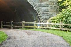 Πορεία ρύπου που πηγαίνει σε ένα tunnell στοκ εικόνα με δικαίωμα ελεύθερης χρήσης
