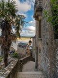 Πορεία, σκαλοπάτια και παλαιά σπίτια πετρών σε LE Mont Άγιος Michelle στοκ φωτογραφίες