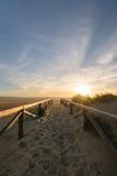 Πορεία στην άμμο που πηγαίνει στον ωκεανό, Tarifa, Ισπανία Στοκ εικόνα με δικαίωμα ελεύθερης χρήσης