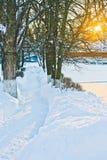 πορεία στο βαθύ χιόνι στο του χωριού σπίτι Στοκ φωτογραφία με δικαίωμα ελεύθερης χρήσης
