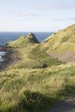 Πορεία στο υπερυψωμένο μονοπάτι γιγάντων  Κομητεία Antrim  Βόρεια Ιρλανδία Στοκ Φωτογραφίες