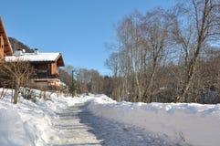 Πορεία το χειμώνα κατά μήκος του εξοχικού σπιτιού Στοκ Εικόνες