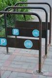 Πορείες χώρων στάθμευσης και μωσαϊκών ποδηλάτων μετάλλων από μια πέτρα Στοκ φωτογραφία με δικαίωμα ελεύθερης χρήσης