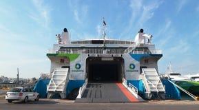 Πορθμεία επιβατών - το πορθμείο φέρνει τα αυτοκίνητα και τους ανθρώπους από το λιμένα στα νησιά στοκ φωτογραφία με δικαίωμα ελεύθερης χρήσης