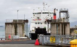 Πορθμείο αυτοκινήτων περίπου που ξεφορτώνει σε Armadale, Σκωτία Στοκ εικόνες με δικαίωμα ελεύθερης χρήσης