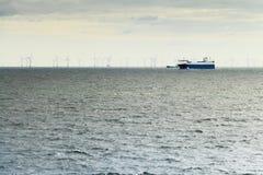 Πορθμείο και ανεμόμυλοι στην ωκεάνια βιώσιμη βιομηχανία Στοκ Φωτογραφίες